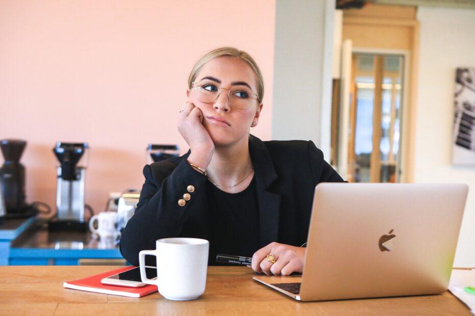 vrouw vindt werk saai