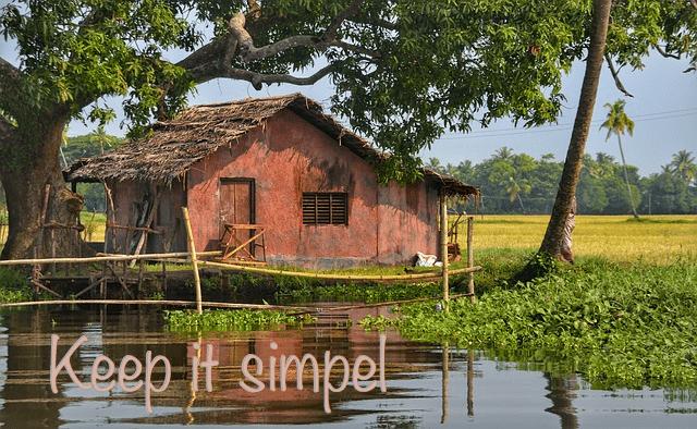 Eenvoud - een eenvoudig huis in een landschap met water, wijde en bomen