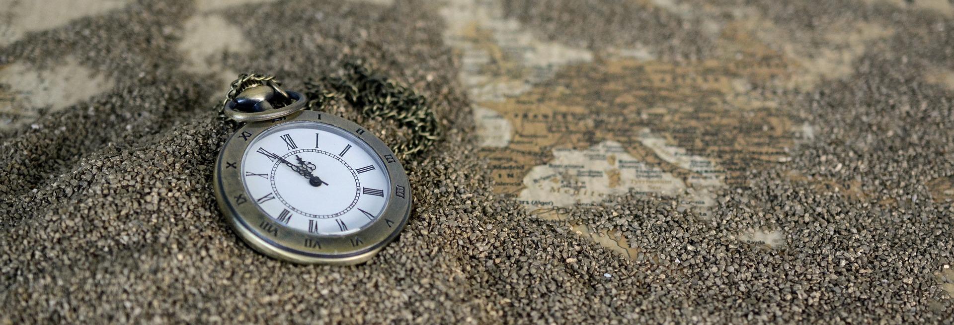 horloge ligt in zand
